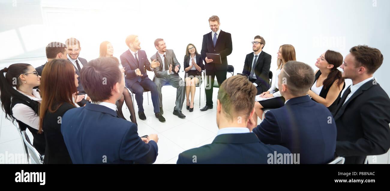 Pullman pone domande ai partecipanti alla formazione. Immagini Stock