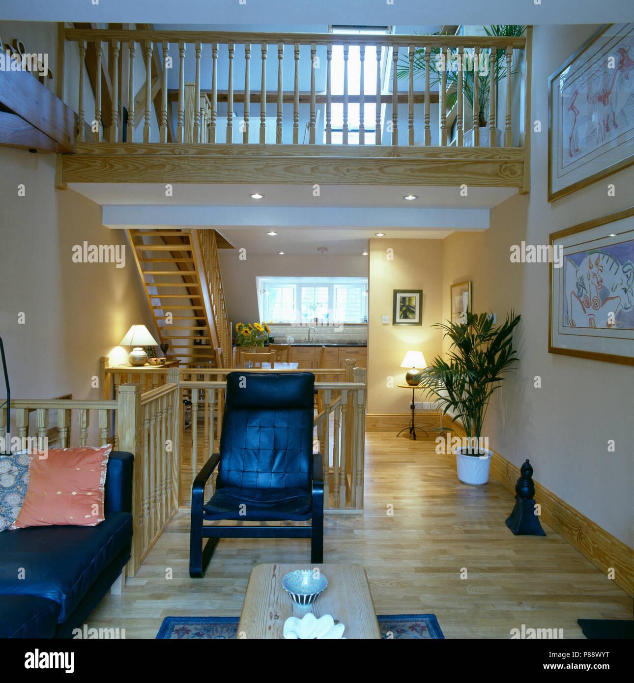 Pavimenti in legno in soggiorno moderno in pelle nera ...