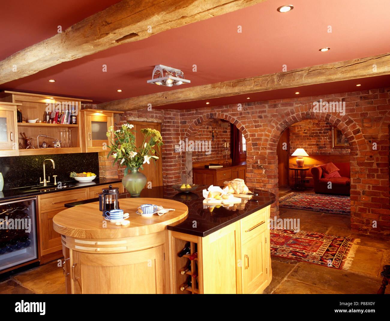 Isola in unità di conversione del granaio cucina con portali ad arco ...