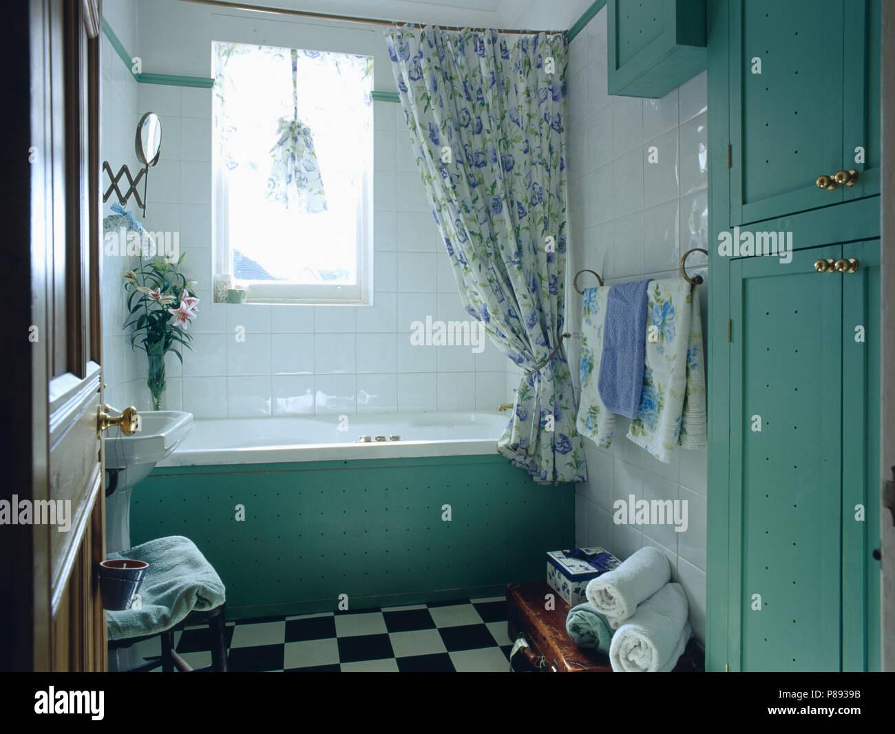 Piastrelle Bagno Turchese : Turchese armadio dipinto e il pannello della vasca da bagno in