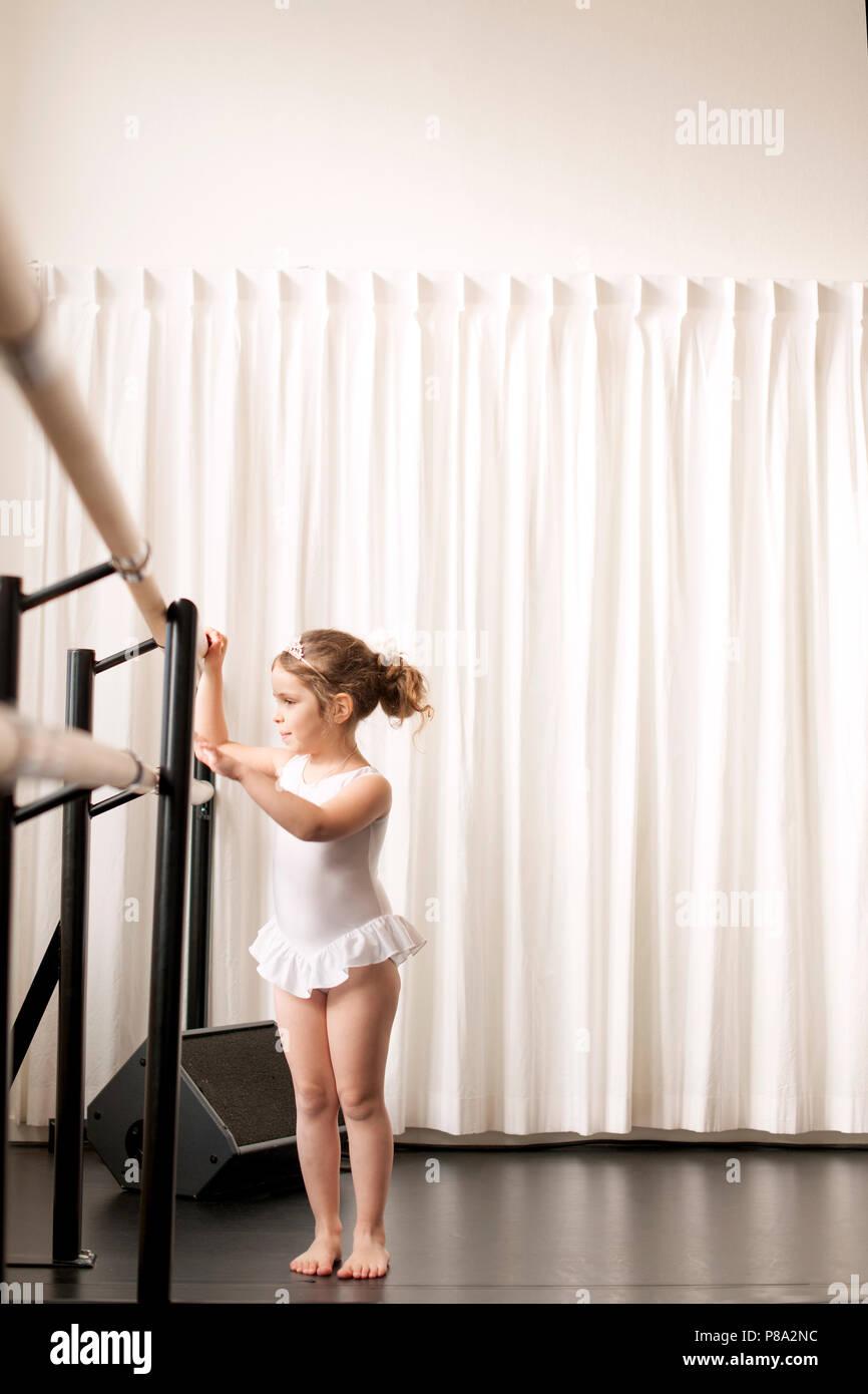 I bambini della scuola di danza, Lezioni per bambine. La ginnastica e il balletto. Spazio di copia Immagini Stock