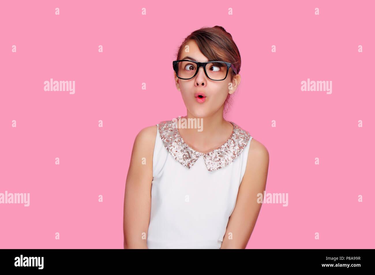 Brunette teen ragazza in un studio di rosa viene attraversato gli occhi di vertigini Immagini Stock