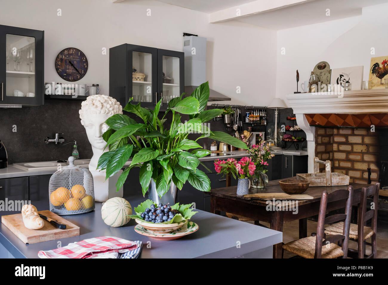 La cucina moderna e unità di isola con antico camino trattenuto. Xix ...