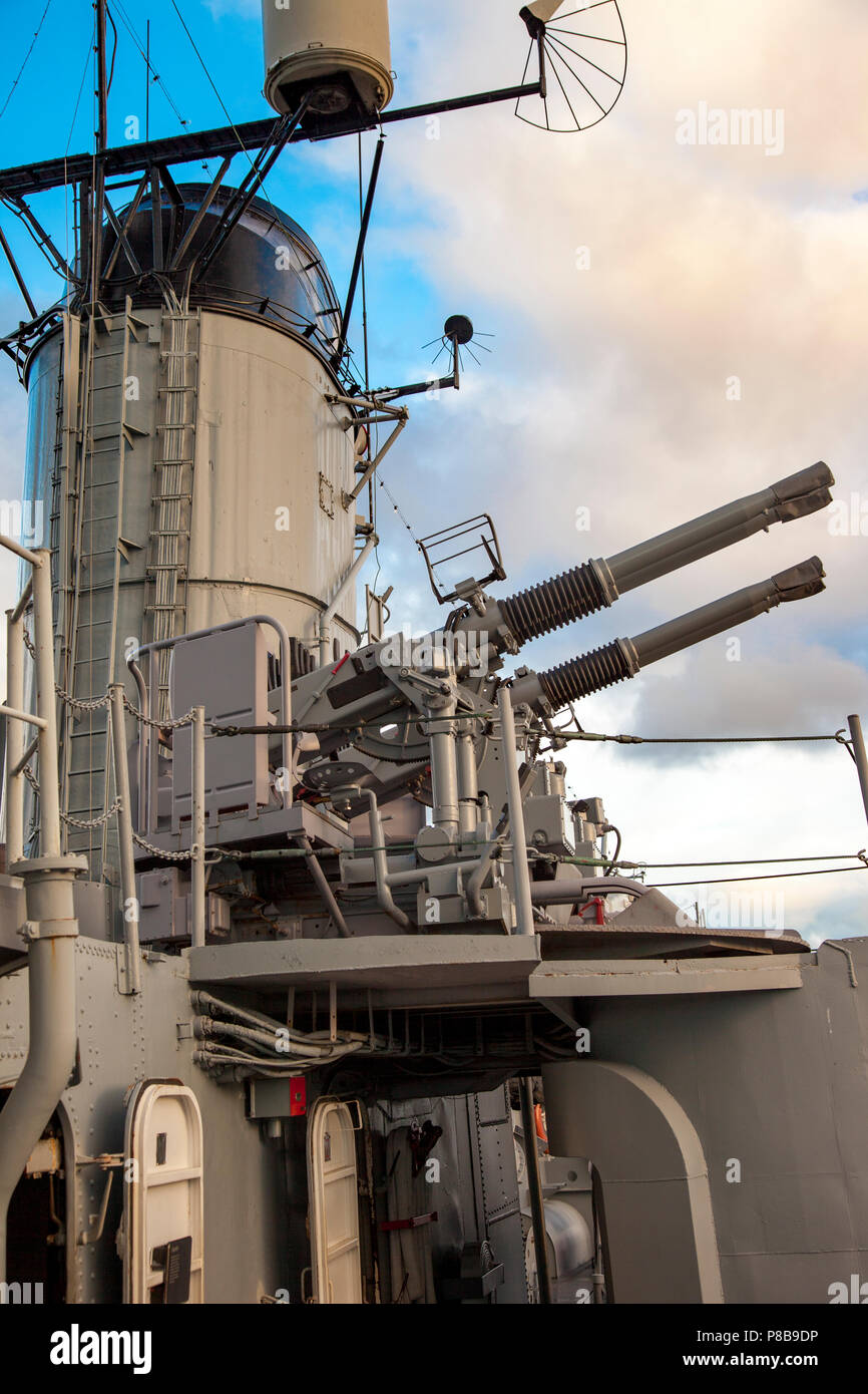 40mm Bofors cannoni antiaerei sulla USS Casin giovani - un cacciatorpediniere della seconda guerra mondiale, nel porto di Boston, Massachusetts, STATI UNITI D'AMERICA Immagini Stock
