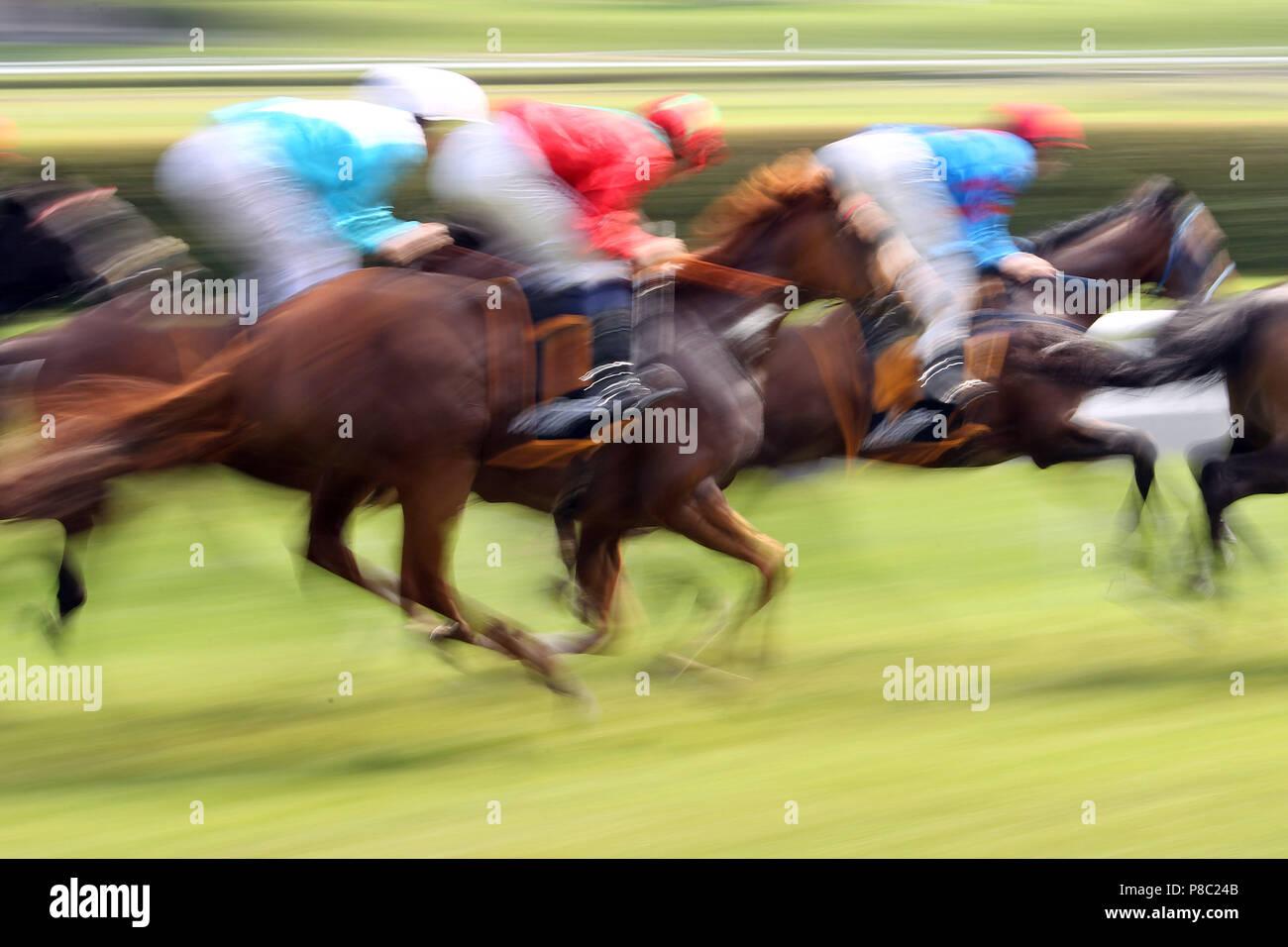 Iffezheim, dynamics, cavalli e fantini in gara Immagini Stock