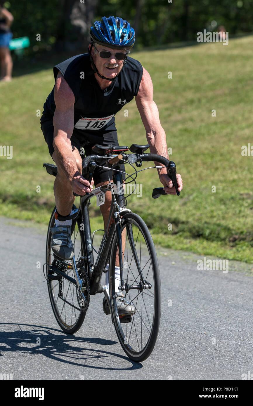 Maschio concorrente nel segmento moto nel 2018 Stissing Triathlon Immagini Stock