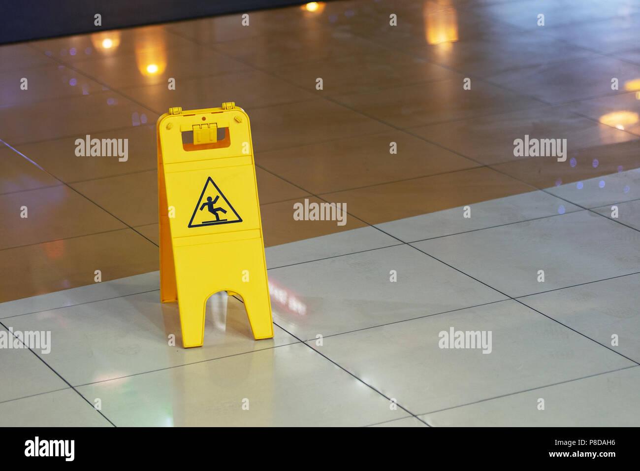 Ristorante segno pavimento bagnato ristorante pavimenti