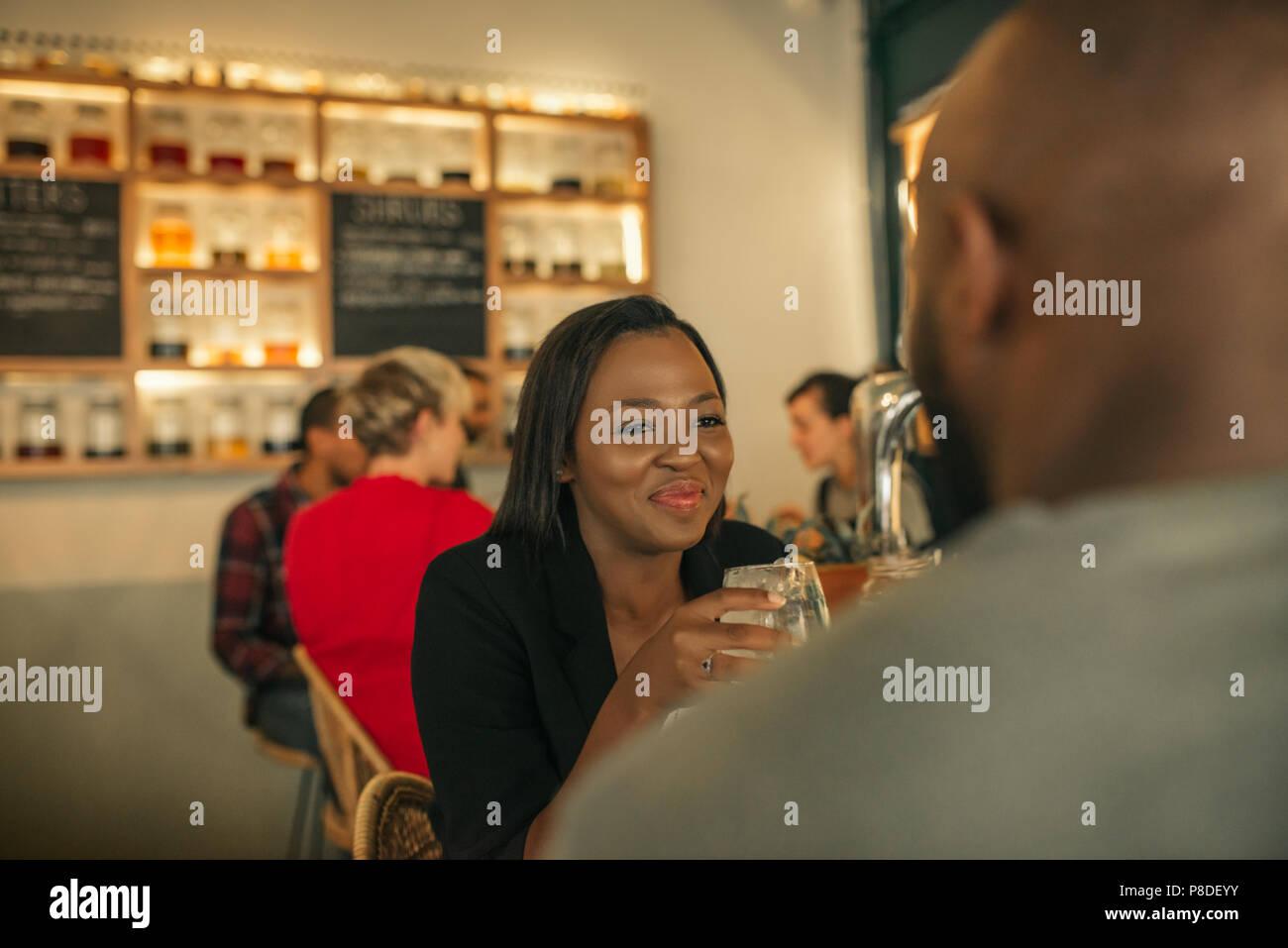 Sorridente giovane donna godendo di una notte fuori con il suo fidanzato Immagini Stock