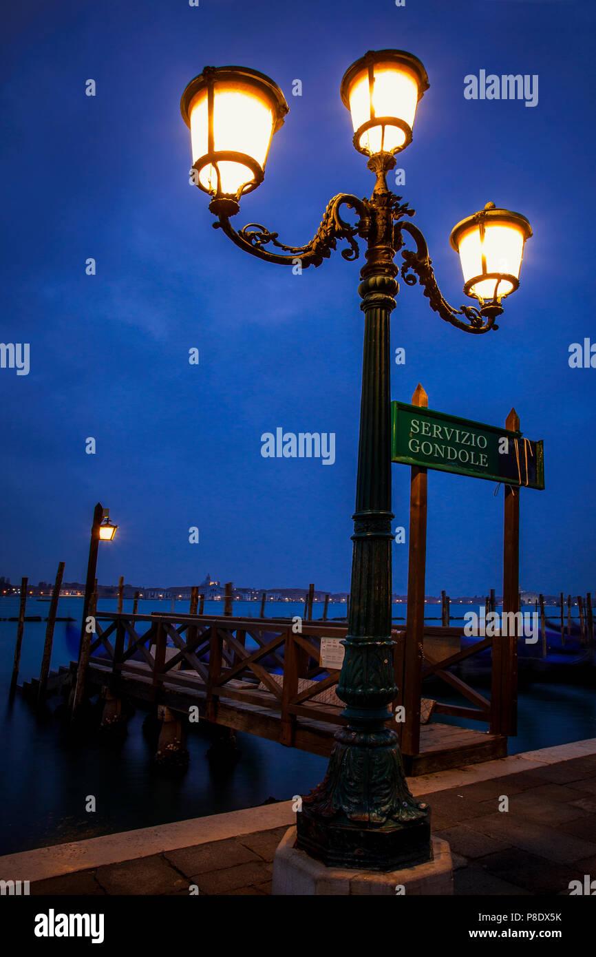 Dock lungo Piazza San Marco a Venezia, Italia nelle prime ore del mattino Immagini Stock