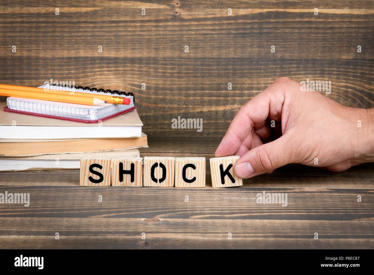 Shock. Lettere di legno sulla scrivania in ufficio Immagini Stock
