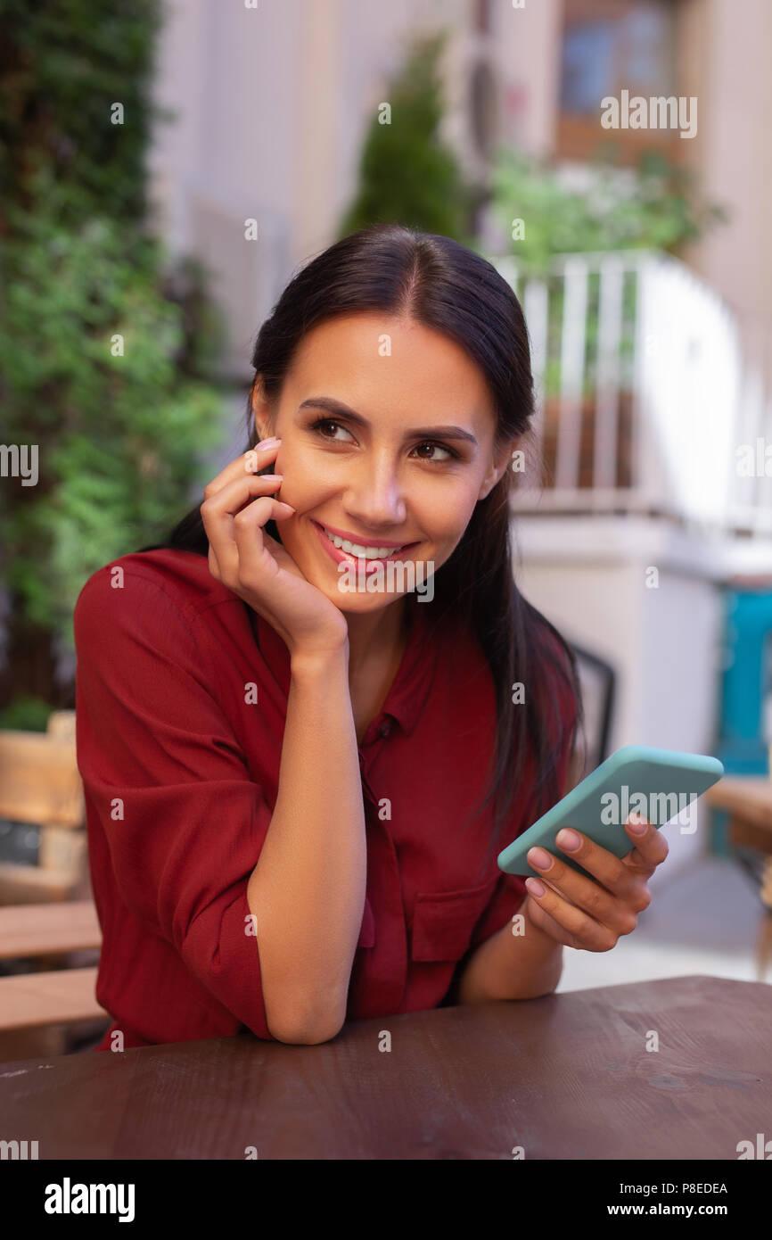 Sorridente attraente imprenditrice controllando il suo indirizzo e-mail Foto Stock