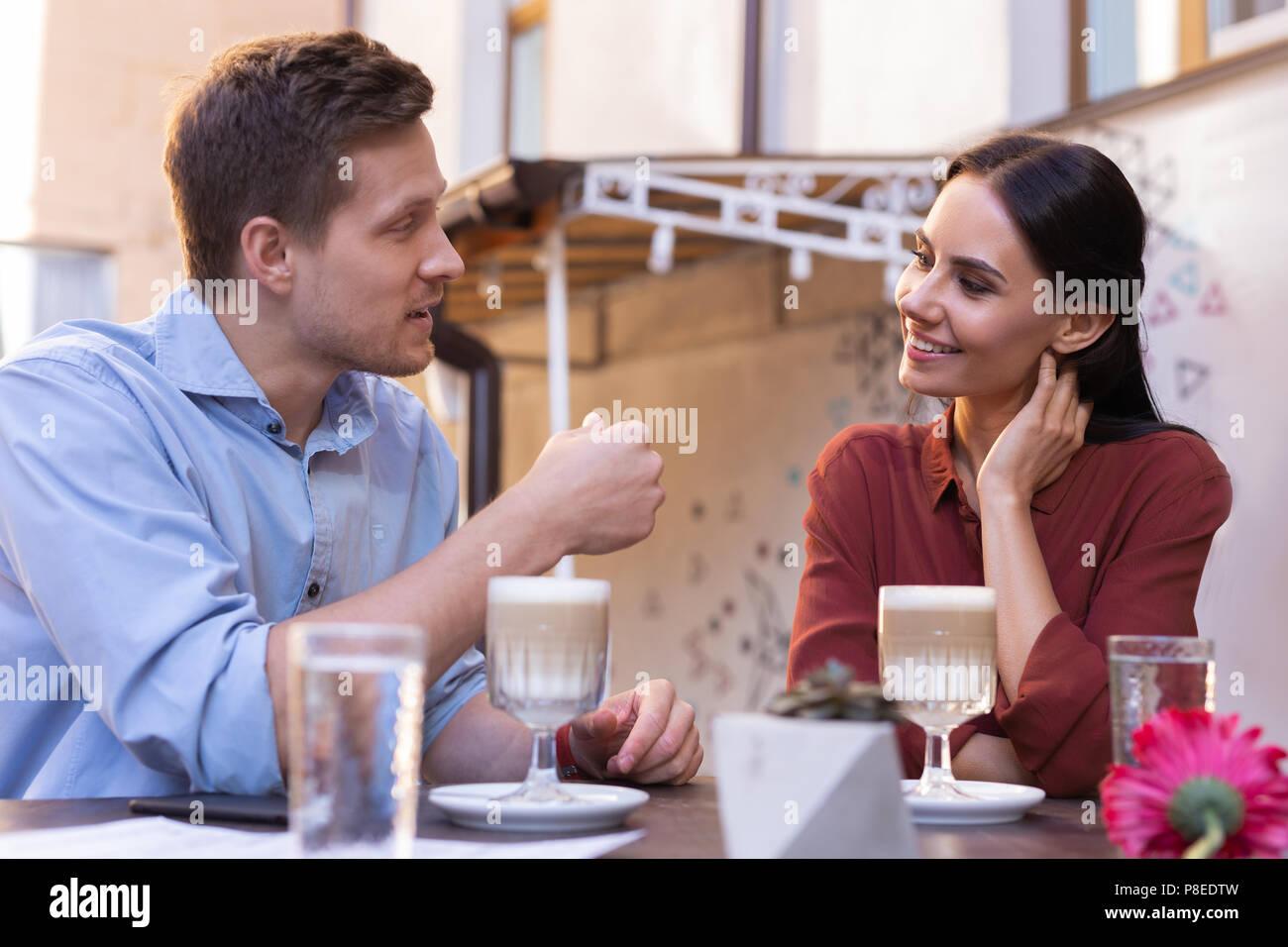 Bionda uomo raccontava la sua ragazza alcuni piani per il futuro Immagini Stock