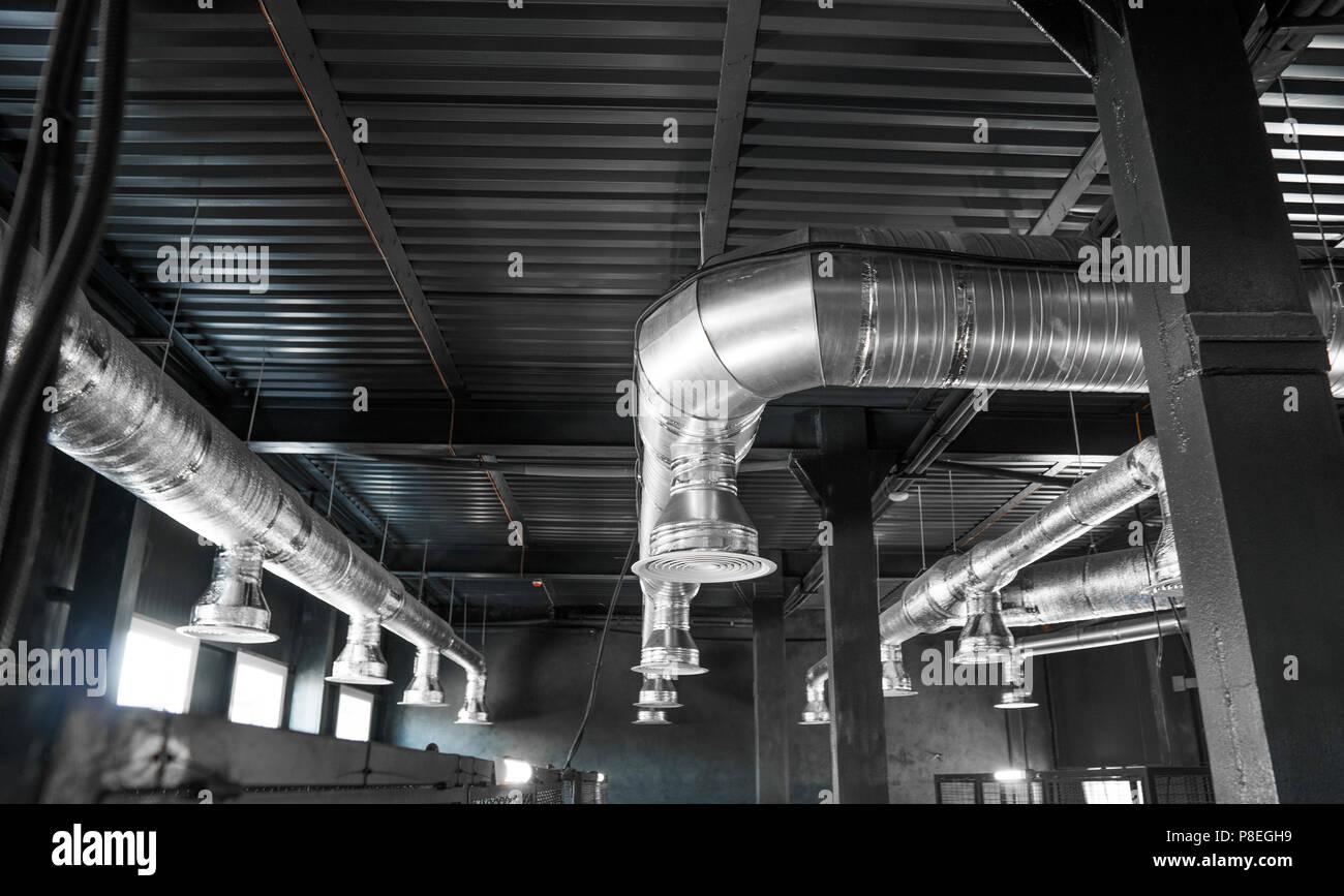 Sistema di ventilazione sul soffitto di edifici di grandi for Dimensioni finestre velux nuova costruzione