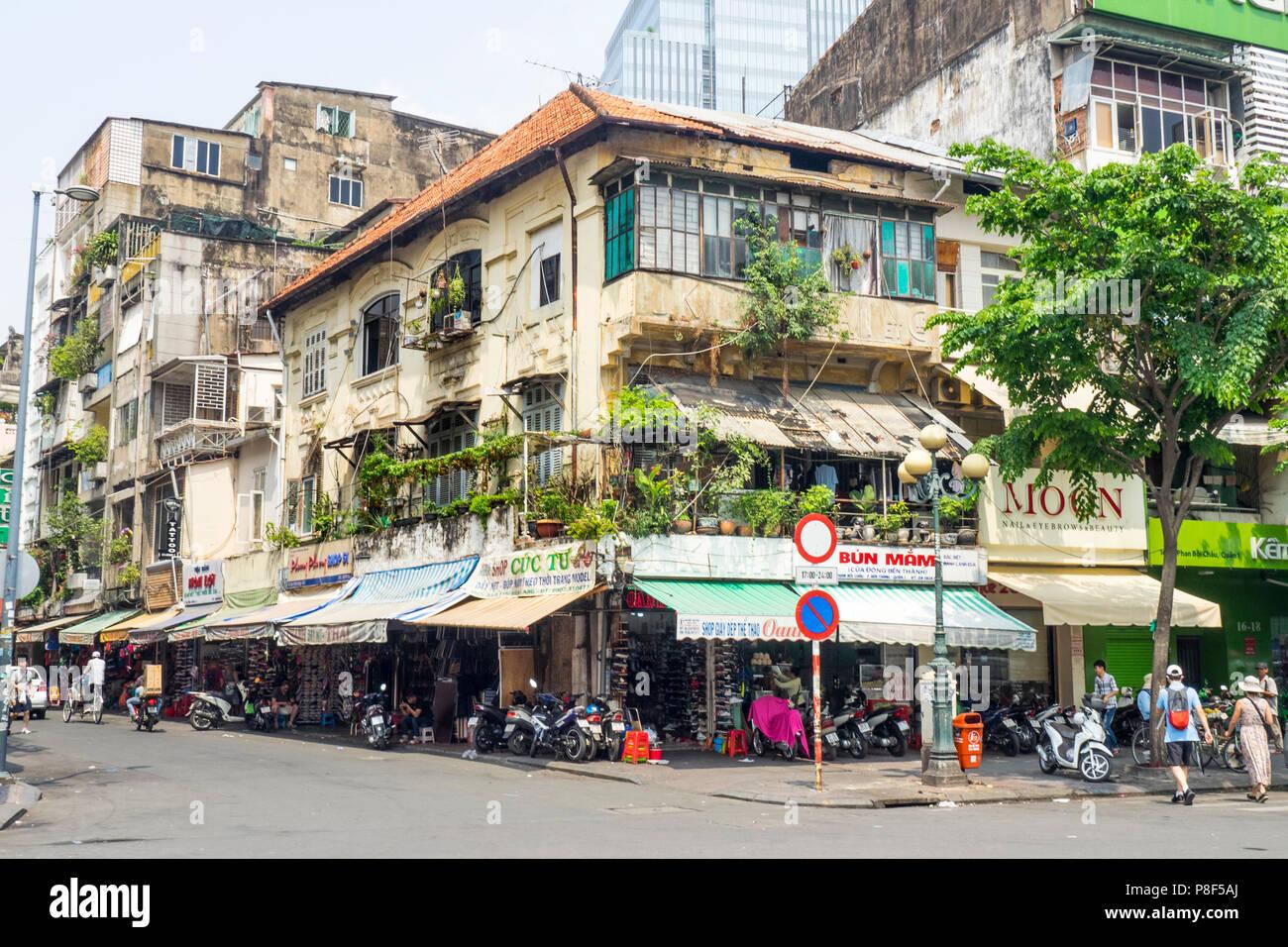 Piccolo Giardino Sul Balcone : Rundown francese edificio coloniale con un piccolo giardino sul