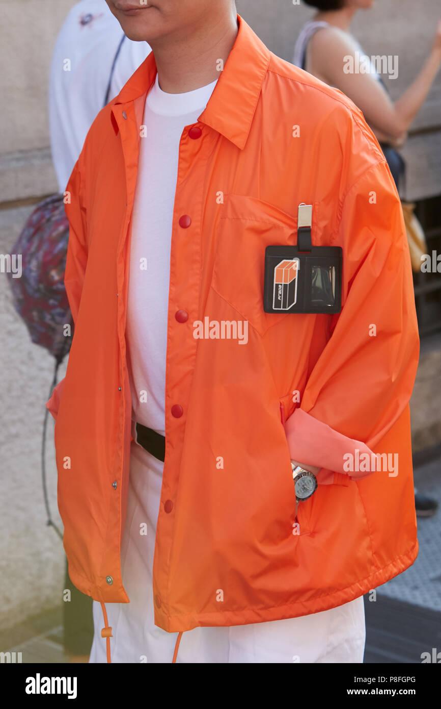 huge discount 7f23c 544b7 Milano - 17 giugno: l uomo con orange Prada giacca e camicia ...