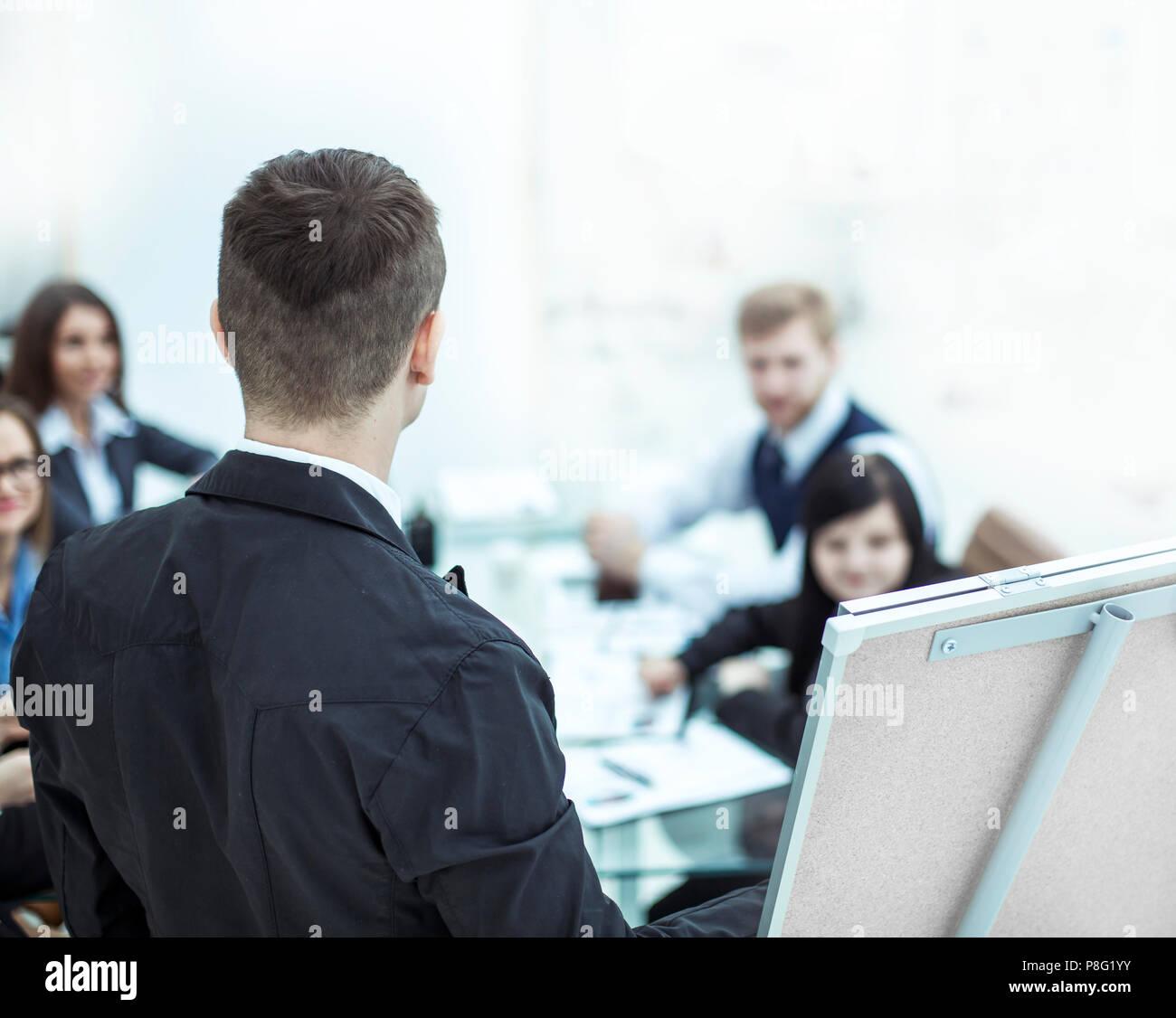 Primo piano - Manager fornisce una presentazione di un progetto di marketing. Immagini Stock