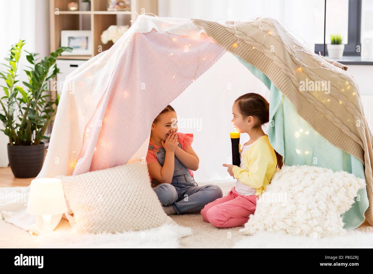 Bambine con torcia luce in tenda per bambini a casa foto & immagine