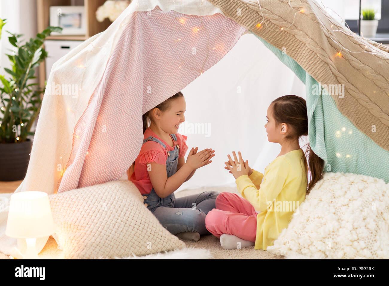 Le ragazze a giocare battendo le mani in gioco bambini tenda a casa