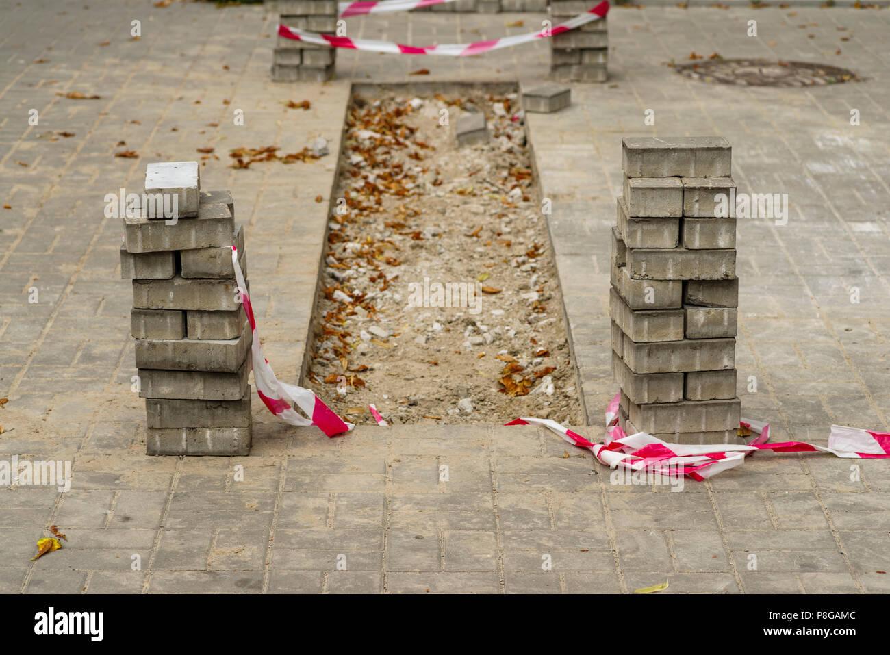 La riparazione del marciapiede di piastrelle foto immagine stock