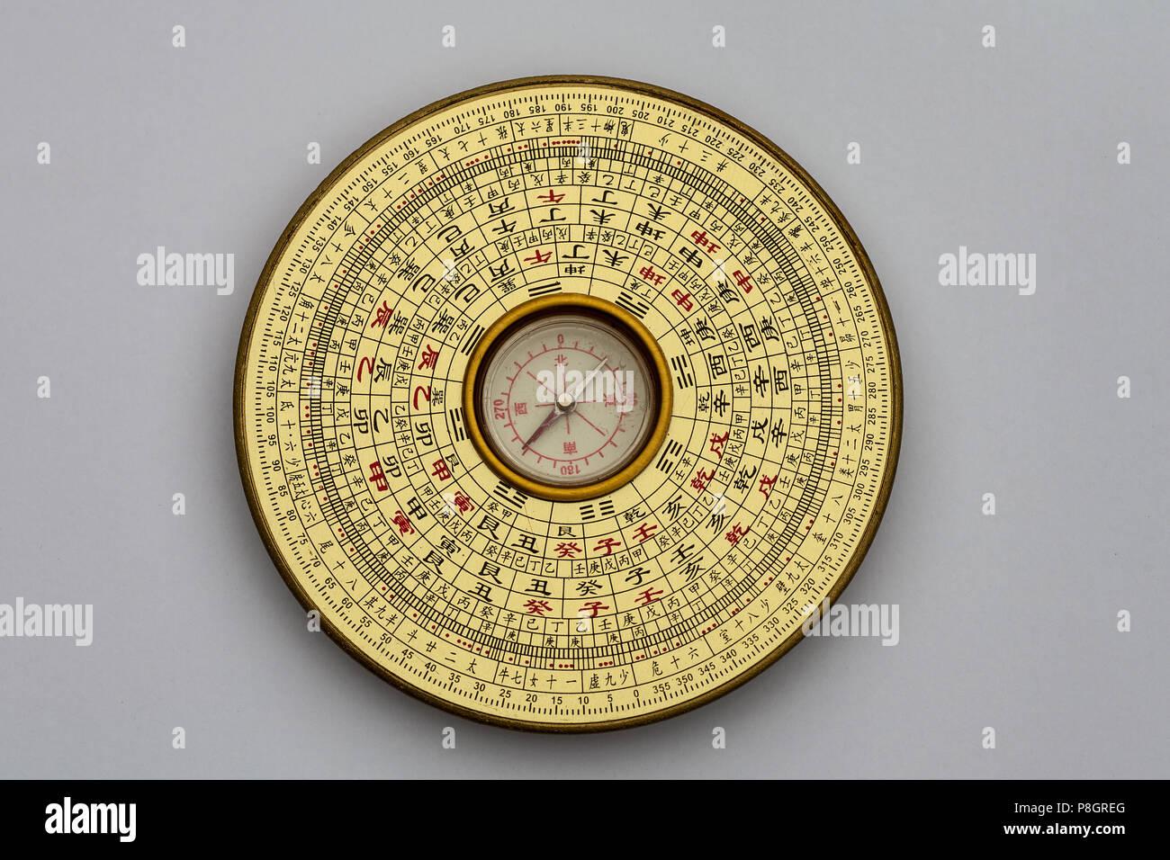 Il cinese Luopan bussola, utilizzato per leggere il Feng Shui dell'ambiente Immagini Stock