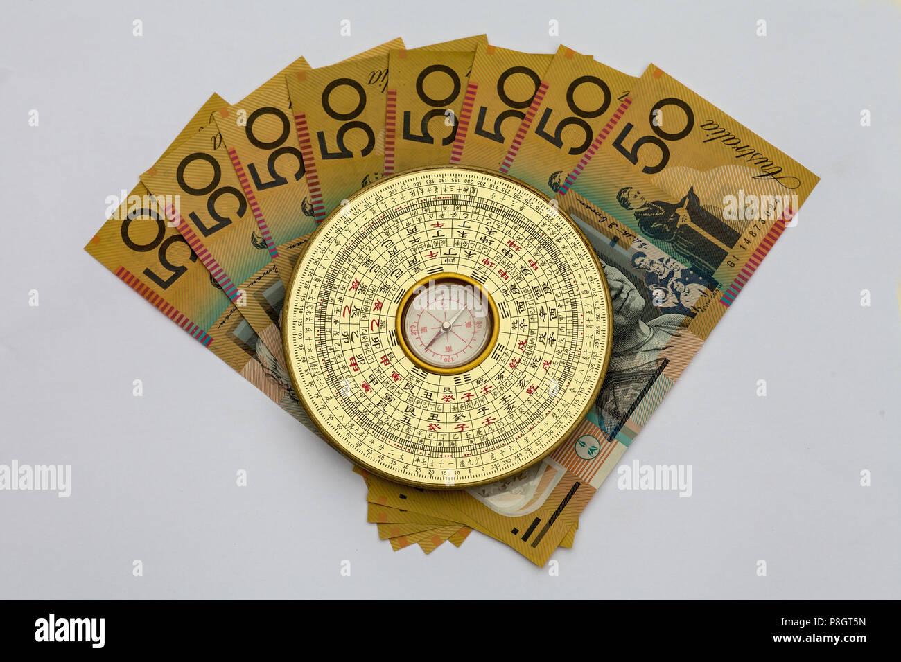 Il cinese Feng Shui bussola sulla parte superiore della moneta australiana Immagini Stock