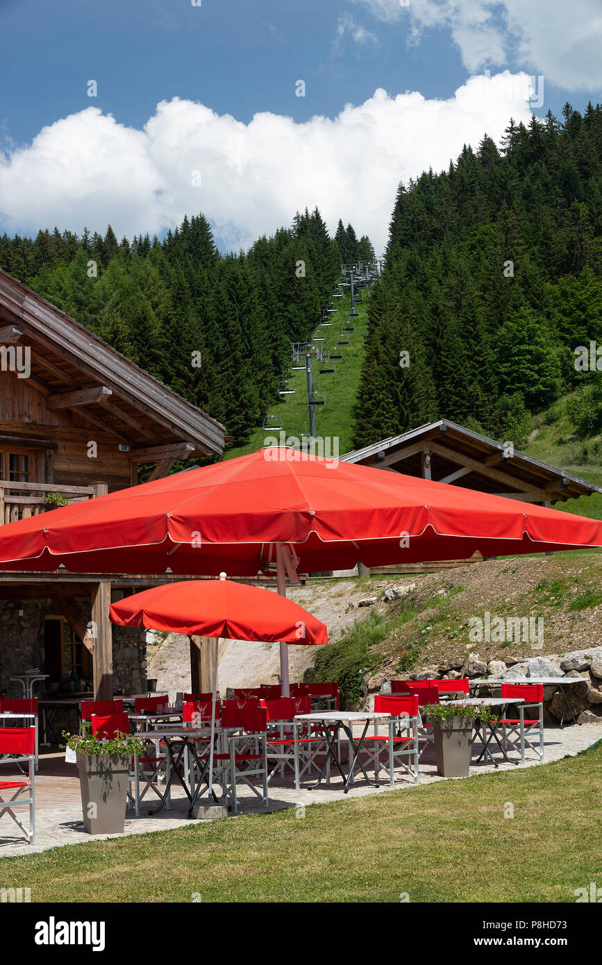 Il bellissimo bar e di un ristorante di Le Chasse-Montagne con giardino e sala da pranzo alfresco in Les Gets Haute-Savoie Portes du Soleil Francia Immagini Stock