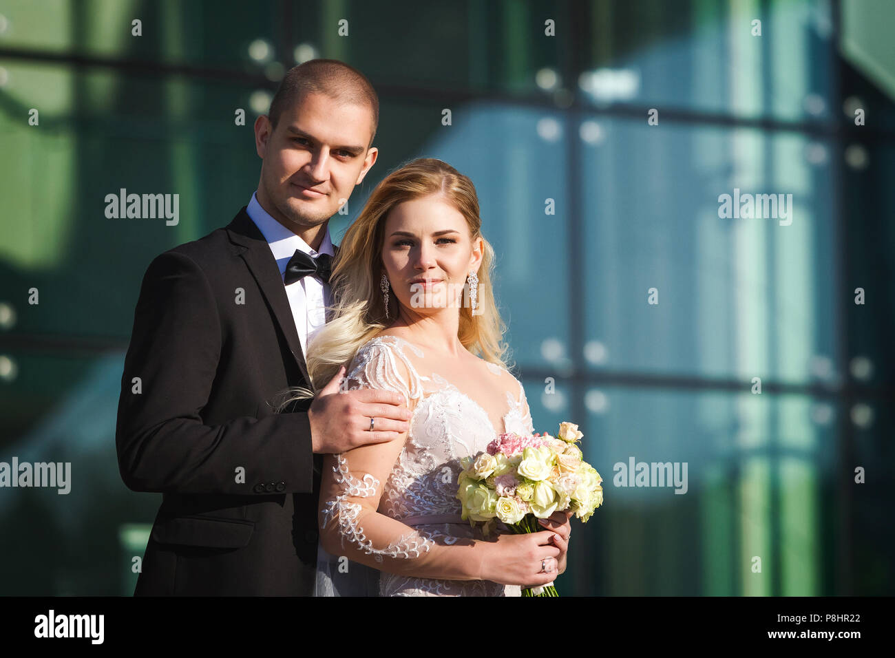 Fidanzato e fidanzata vicino edificio futuristico Immagini Stock