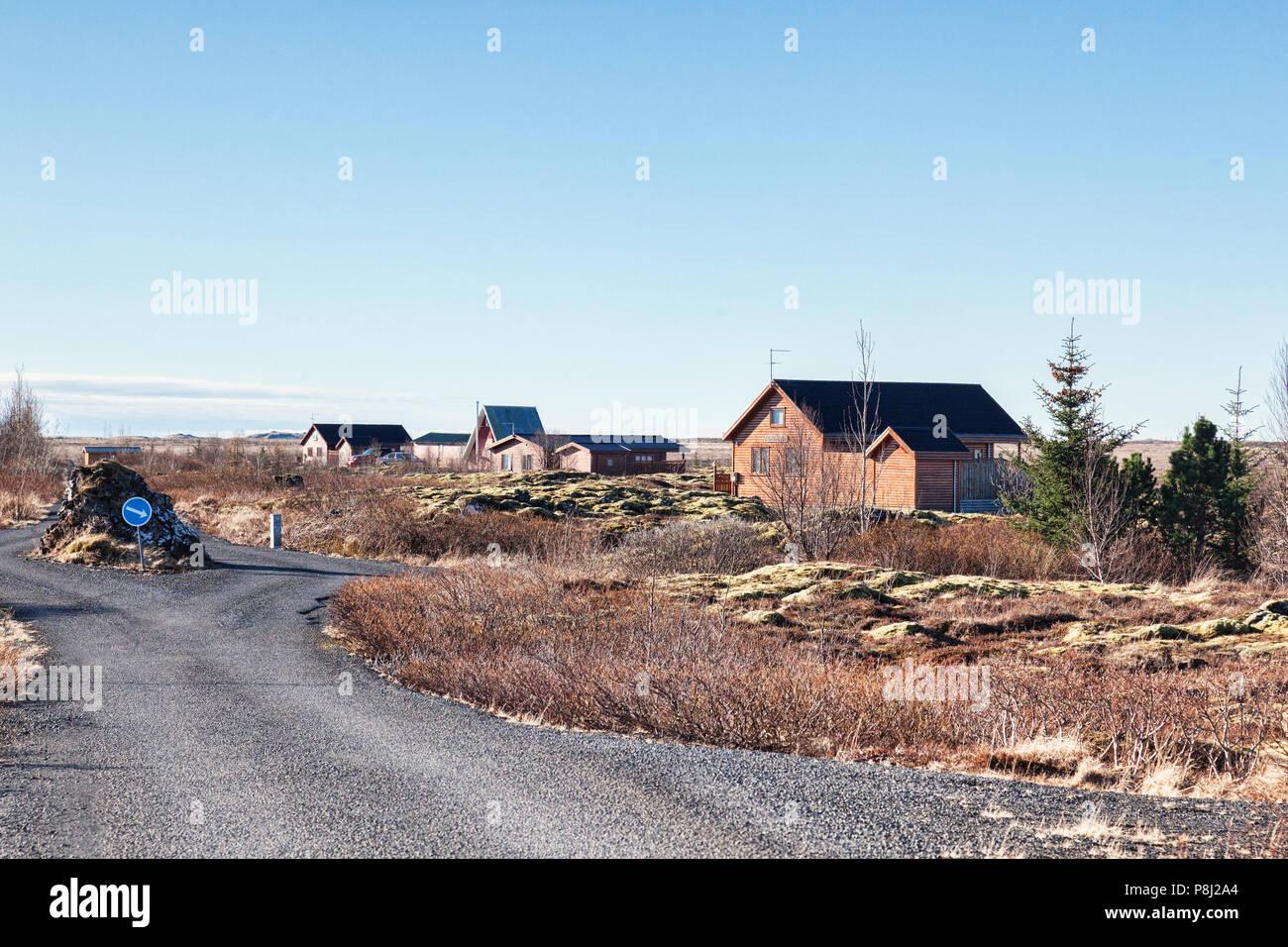 22 Aprile 2018: Grimsnes, Sud Islanda - summerhouses islandese su una chiara mattina. Immagini Stock