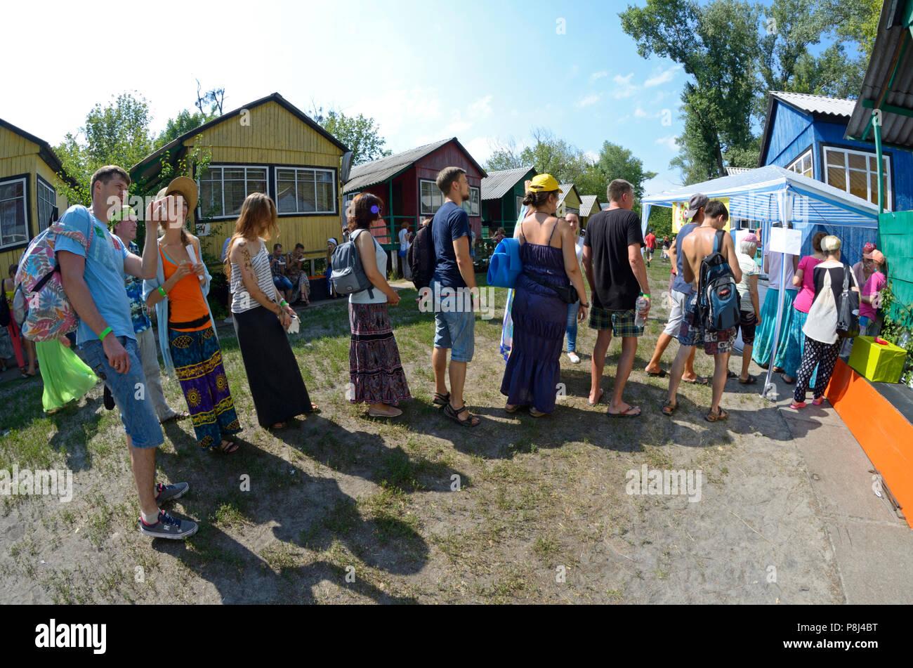 Le persone in attesa in una coda per Prasad - cibo che è un offerta di religiosi in Krishnaism.Fest di Yoga Vedalife-2017. Agosto 7,2017. A Kiev, Ucraina Immagini Stock