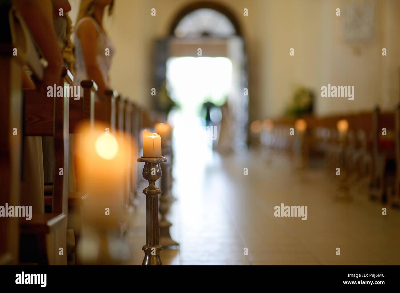 80ab9a16329b Bella candela decorazione di matrimonio in una chiesa durante la cerimonia  di nozze