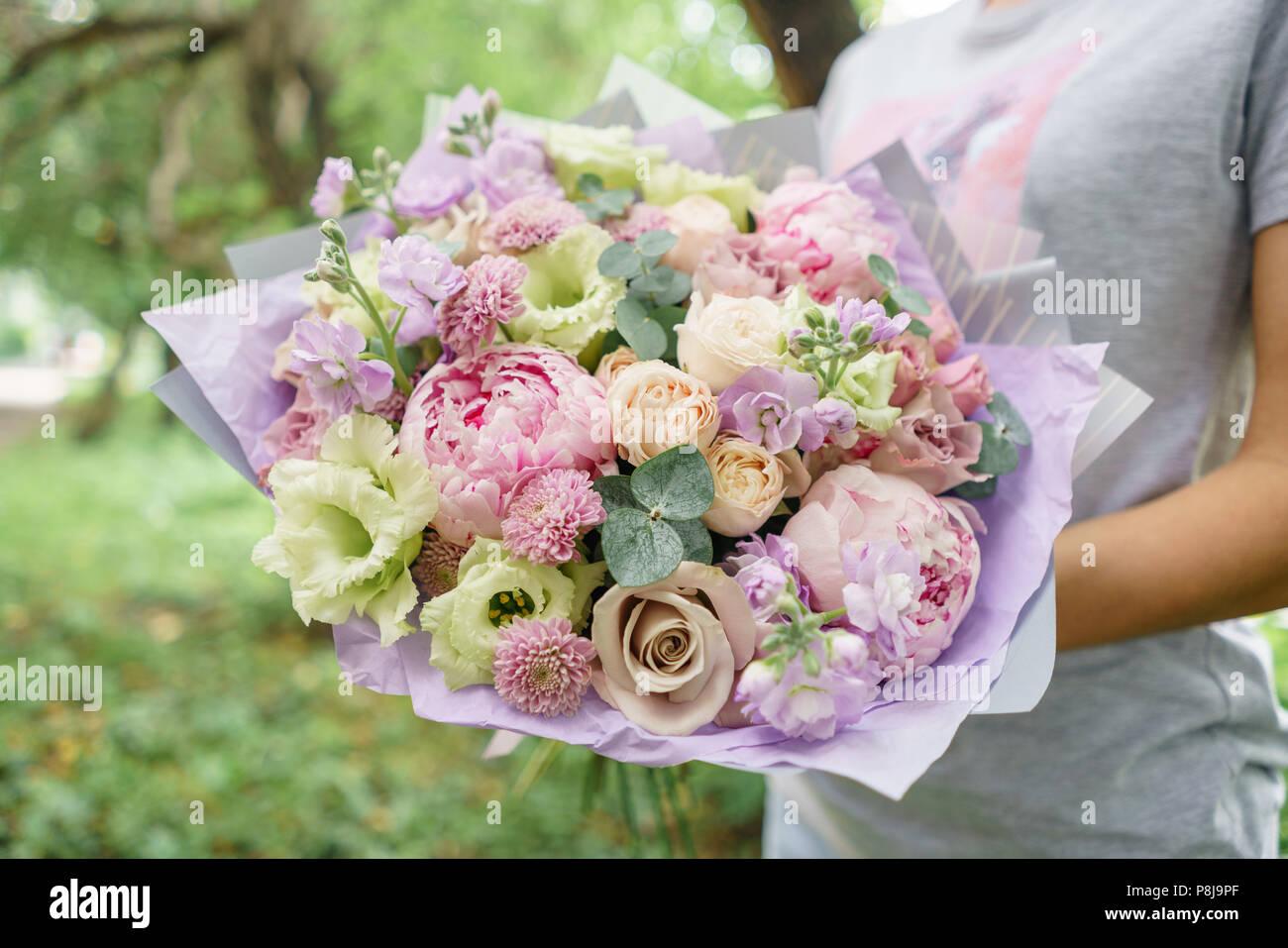 Mazzo Di Fiori X Ragazza.Bella Estate Bouquet Disposizione Con Un Mix Di Fiori Giovane