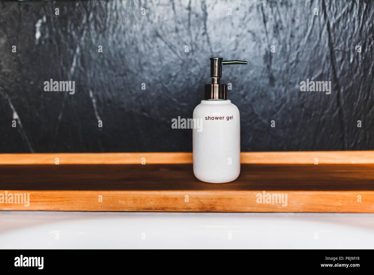 Vasca Da Bagno Per Hotel : Metallo bianco il flacone di gel per doccia in legno sul bordo