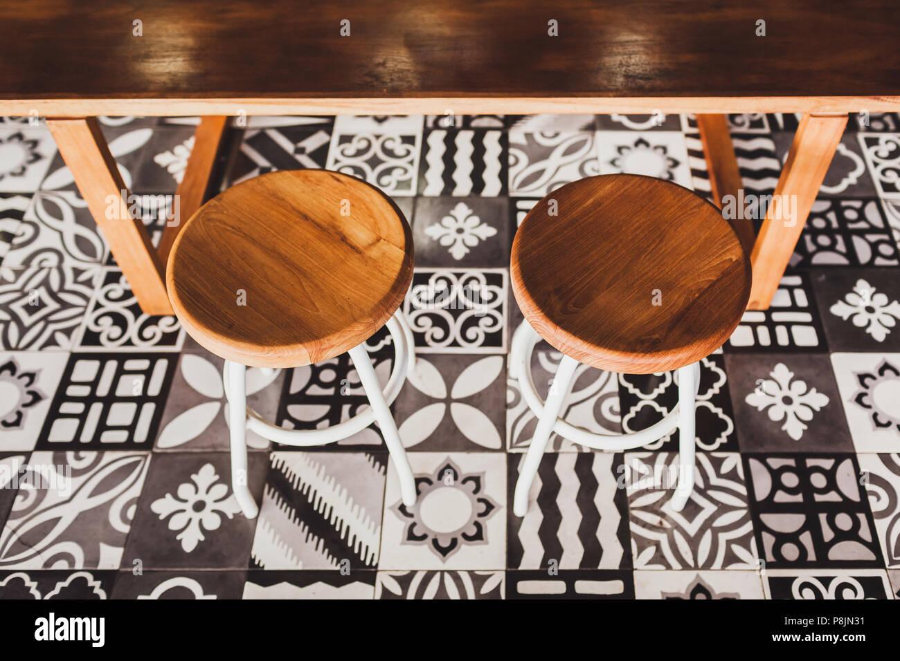 Tavolo di legno con mattonelle: immagini stock cucina in stile
