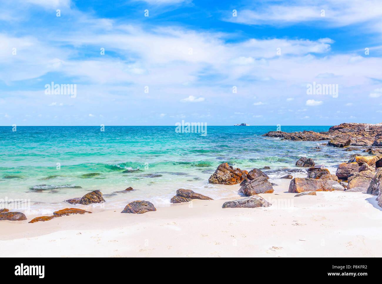 Una bellissima spiaggia di sabbia dell'Isola di Samed in Thailandia. Immagini Stock