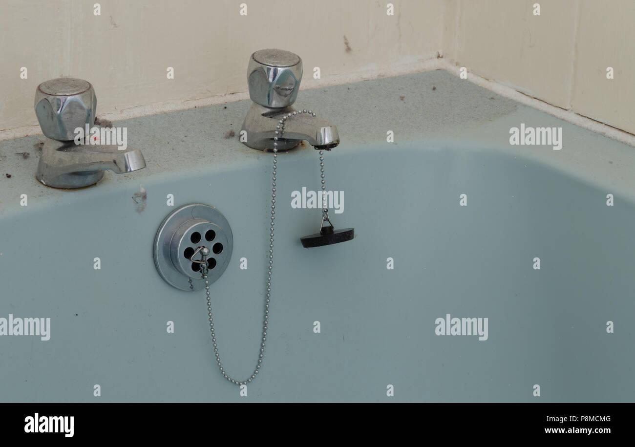 Vasca Da Bagno Plastica : Polveroso e sporco in plastica vasca da bagno con rubinetti