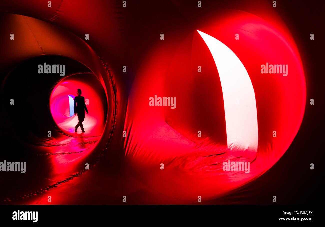 Una persona che esplora il Luminarium, un gigante dell'arte interattiva di installazione, facente parte dell'Harrogate International Festival in Yorkshire. Foto Stock