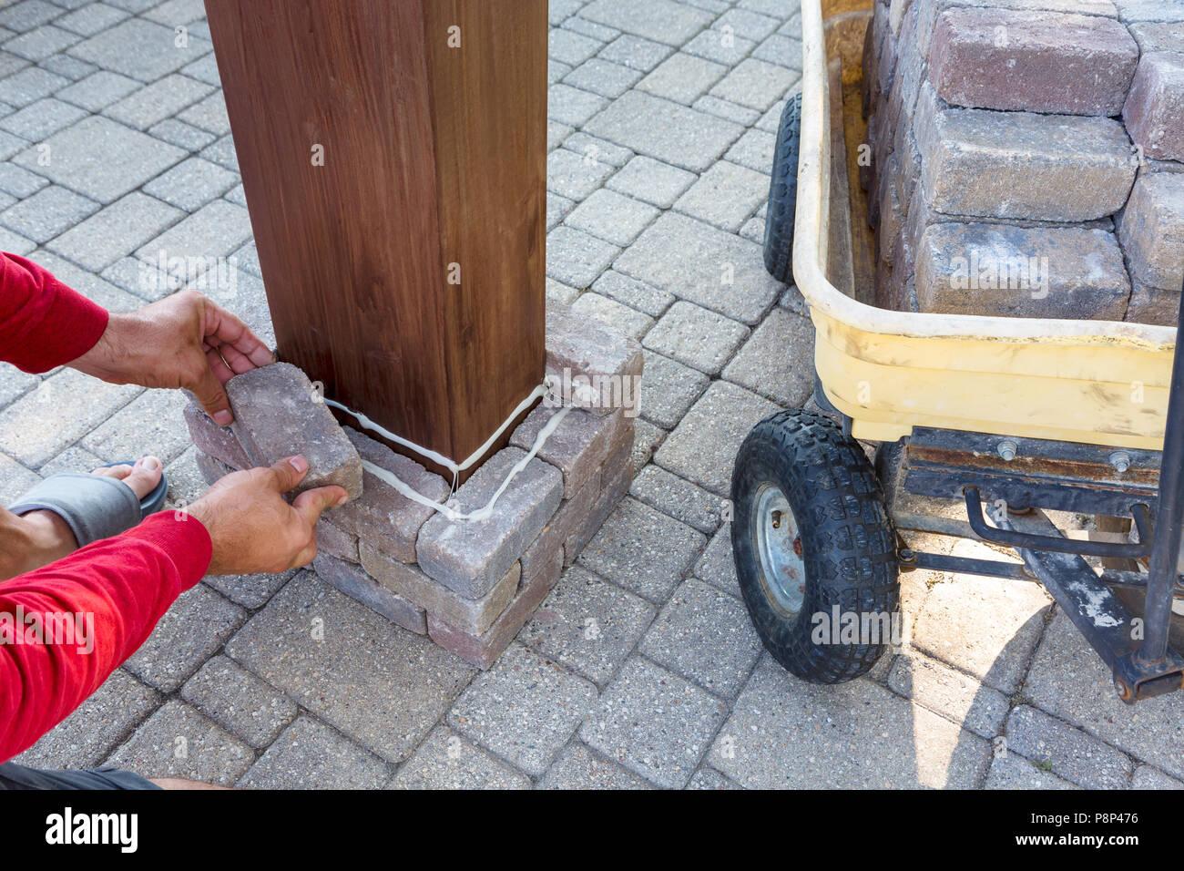 L 39 uomo la costruzione di un pilastro di mattoni su un for Costruzione di un pollaio su ruote