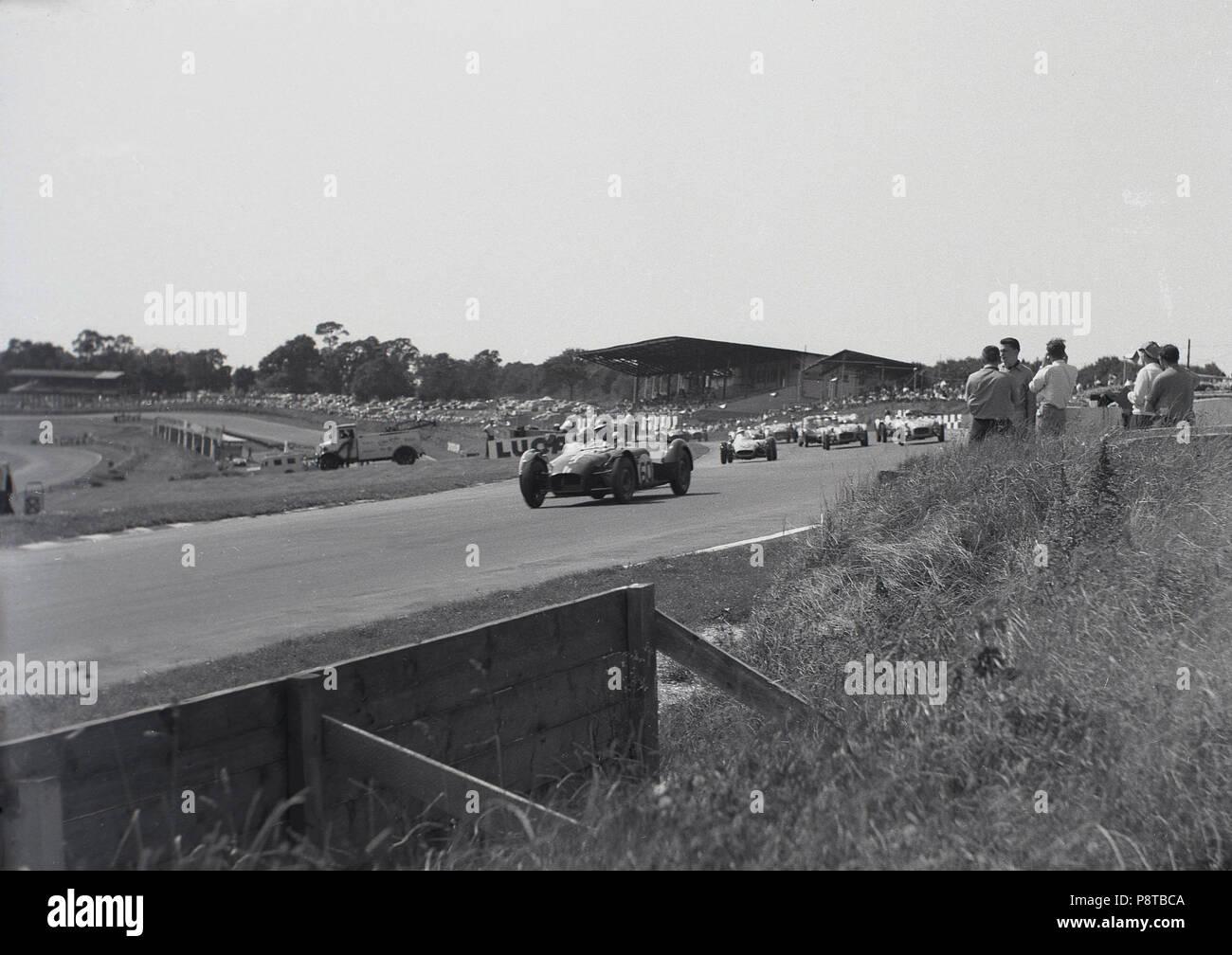 Degli anni Cinquanta, motor racing, monoposto di aprire ruote racing cars competere al di fuori su una pista con spettatori vicina all'azione, Inghilterra, Regno Unito. Immagini Stock