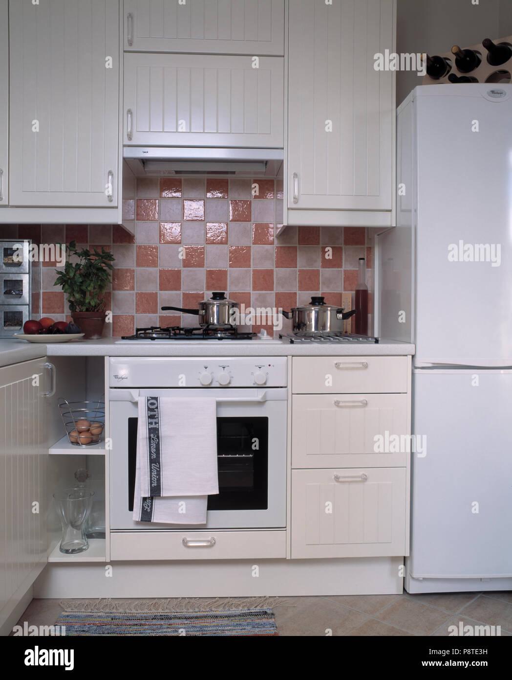 Rosa+piastrelle bianche sopra il forno bianco nella piccola ...