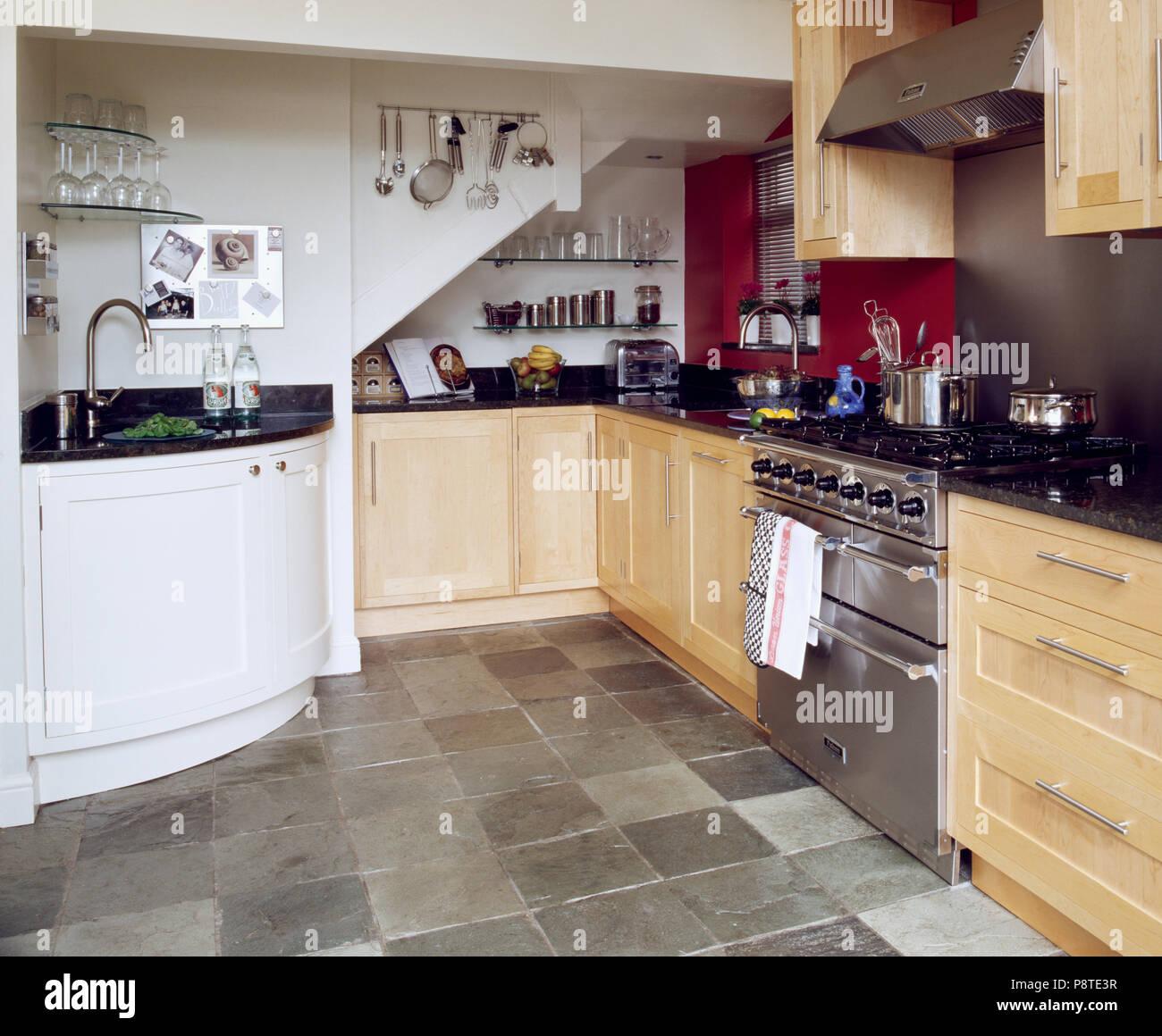 Lavandino ad angolo e legno pallido montati armadi in cucina moderna ...