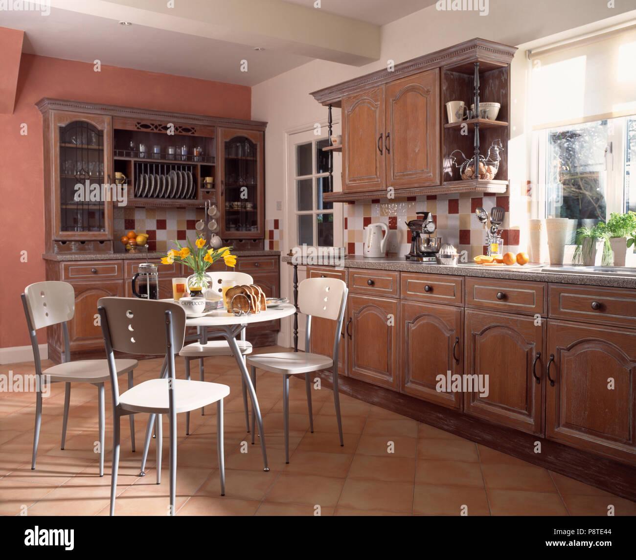 Tavolo moderno e sedie in cucina tradizionale montato con ...
