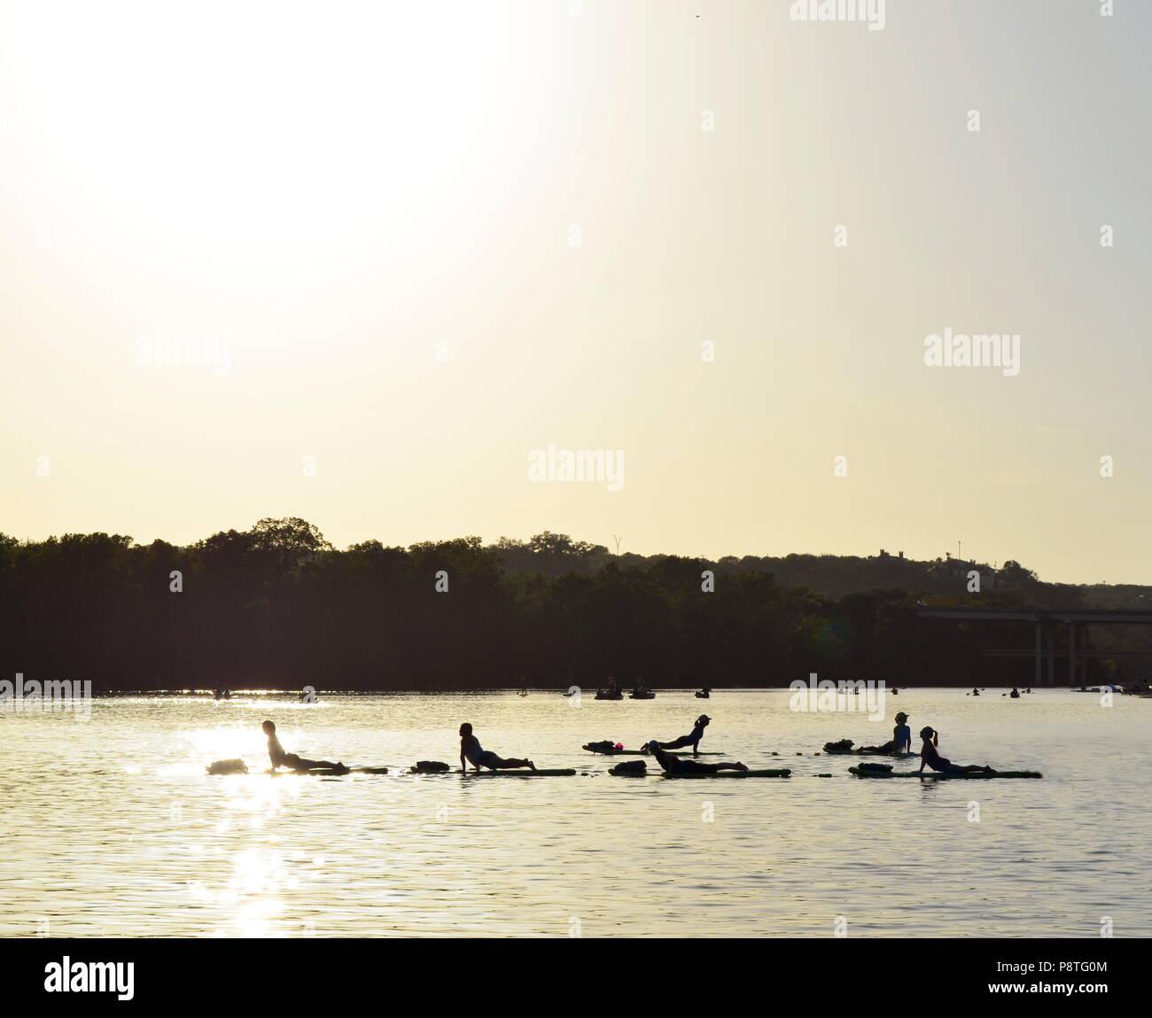 La mattina presto yoga a paddle boards su Coccinella Lago di Austin in Texas Immagini Stock