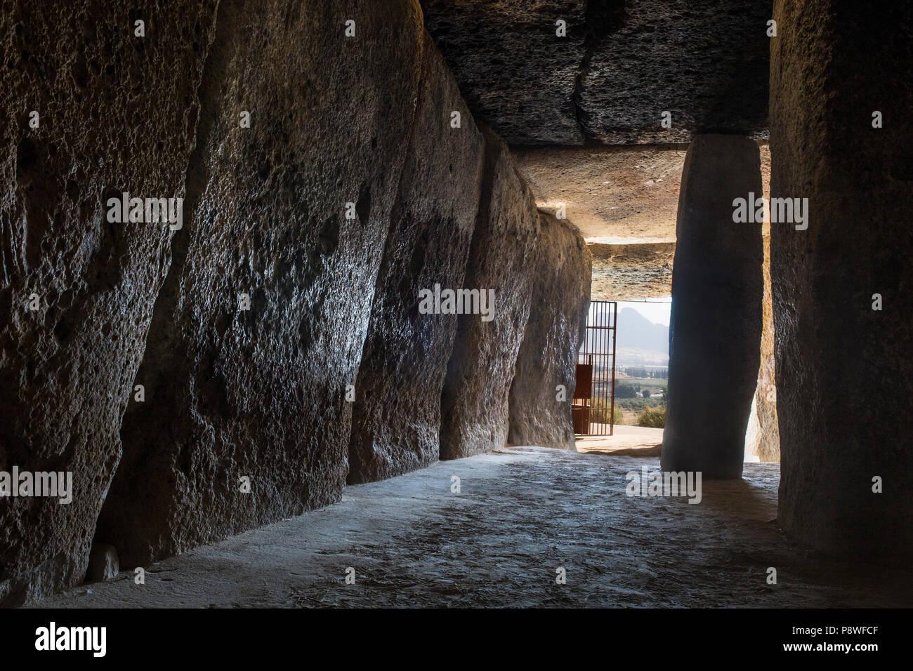 Antequera, Spagna - Luglio 10th, 2018: Dolmen di Menga, Antequera. La camera interna che puntano a Peña de los Enamorados mountain Immagini Stock