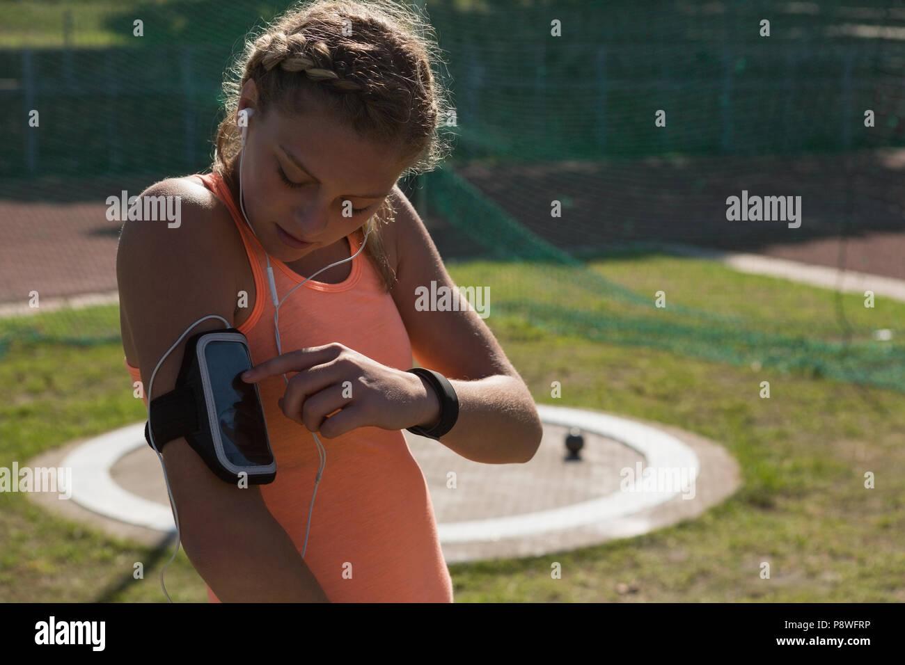 Atleta donna indossa fascia per il braccio Immagini Stock
