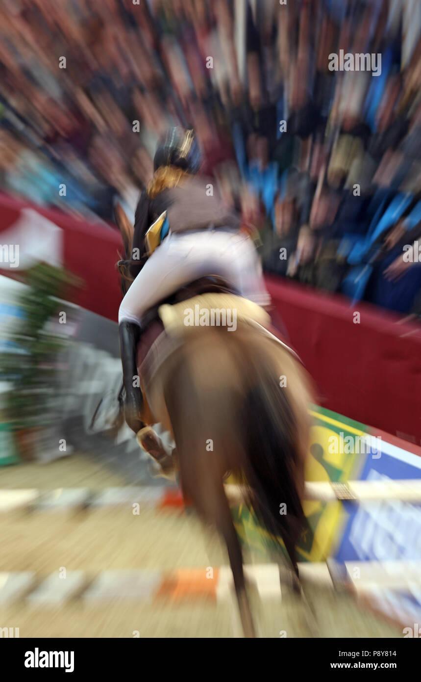 Neustadt (Dosse), dynamics, cavallo e cavaliere jumping show jumping oltre un salto ripido Immagini Stock