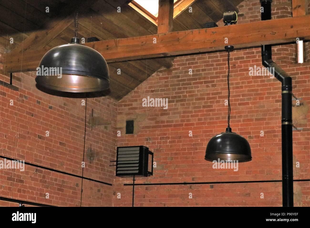 Plafoniere Con Legno : Fienile mattoni di edificio con travi legno e da appendere le
