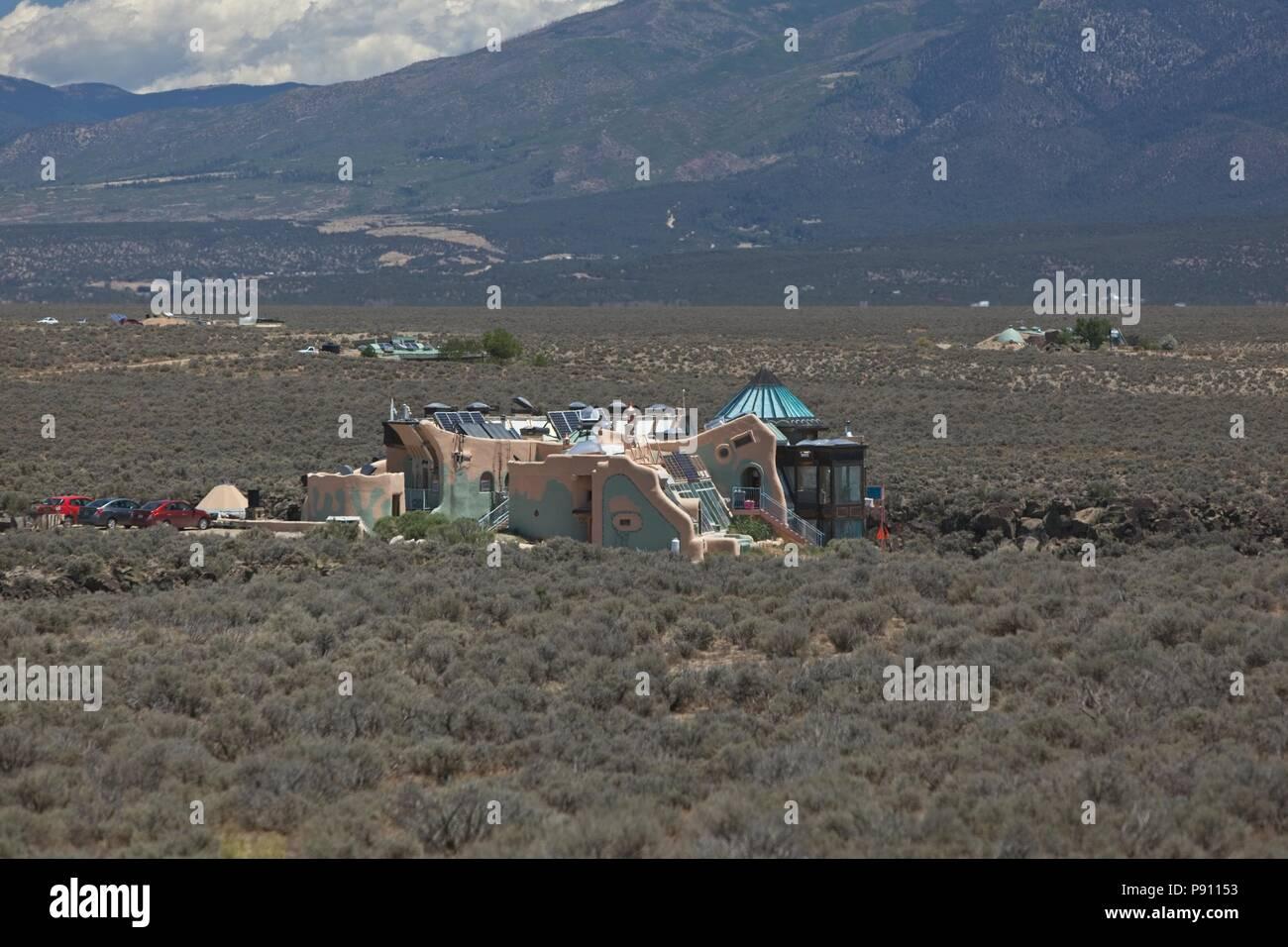 Innovative e sostenere l'alloggiamento earthship trovato alla periferia di Taos New Mexico. Case utilizza materiali riciclati e materiali sostenibili e fare affidamento su p Immagini Stock