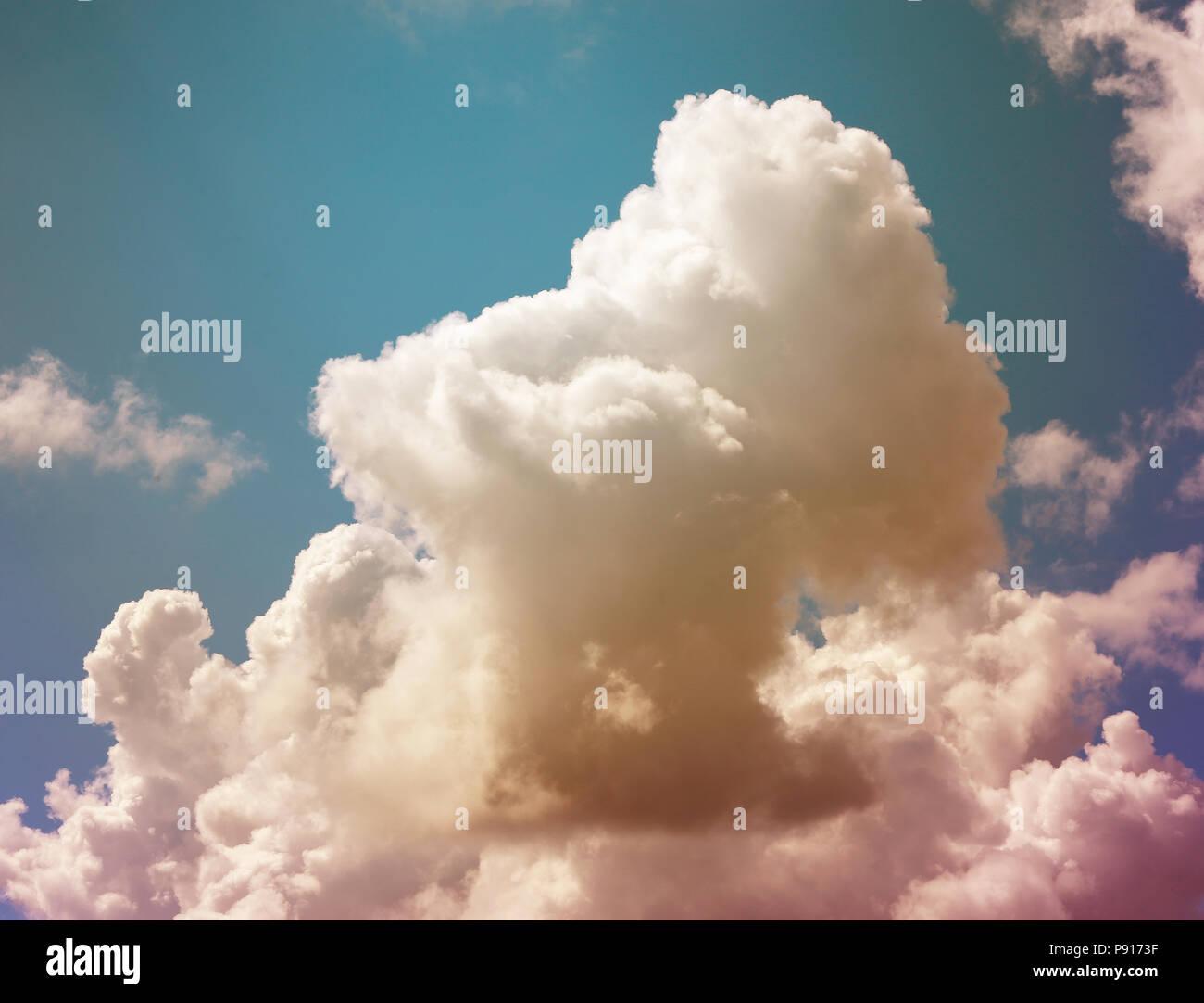 Foto Di Sfondo Bianco Brillante Grandi Nuvole Foto Immagine Stock