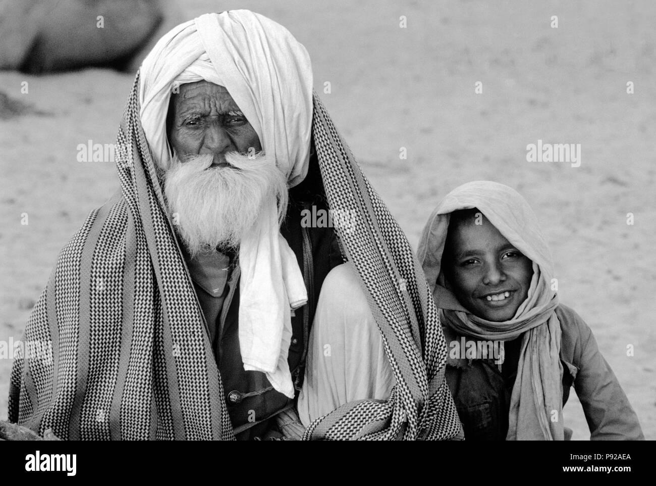 Il Cammello di RAJASTHANI TRADER con il nipote a PUSHKAR CAMEL FAIR - Rajasthan, India Immagini Stock