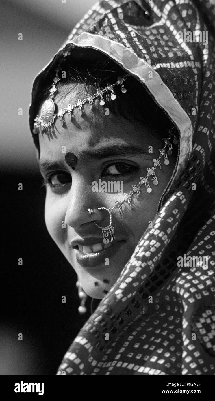 Ritratto di una ragazza di Rajasthani durante uno spettacolo di danza tradizionale a PUSHKAR CAMEL FAIR - Rajasthan, India Immagini Stock